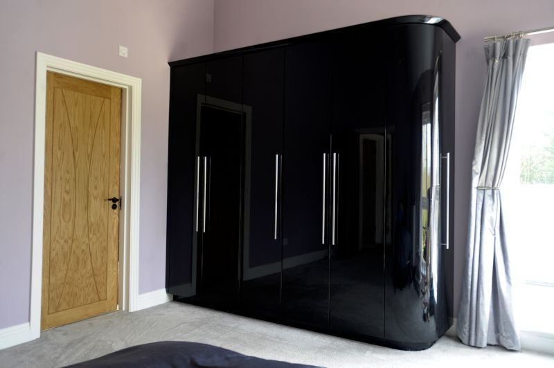 01-fitted-wardrobe-with-curved-end-door-colour-black-gloss-style-premier